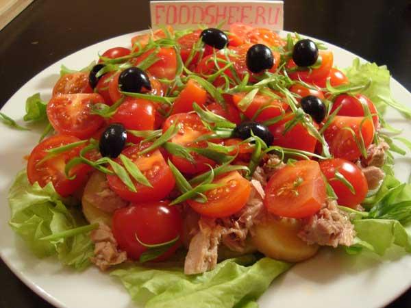 готовый салат с тунцом украшаем оливками