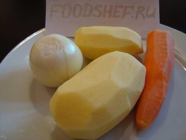 Чищенные картофель морковь и лук репка