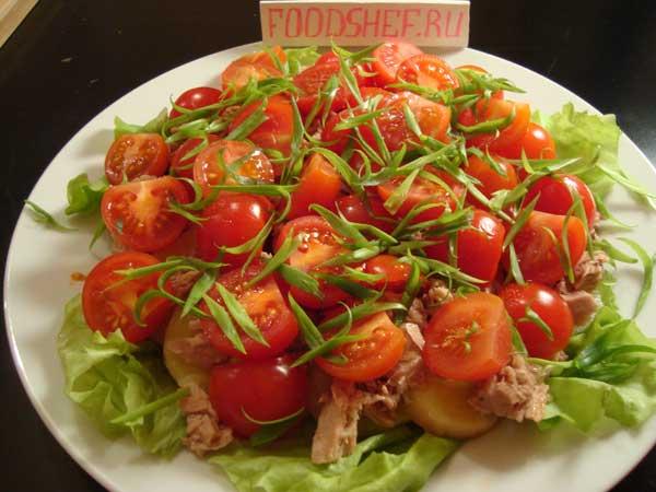 салат посыпаем нарезанным луком