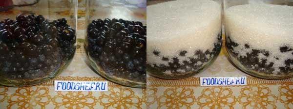 высыпаем ягоды и сахар